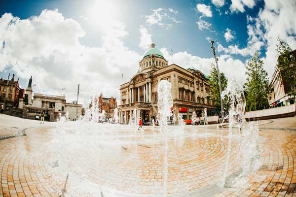 Queen Victoria Square fountains and Hull City Hall